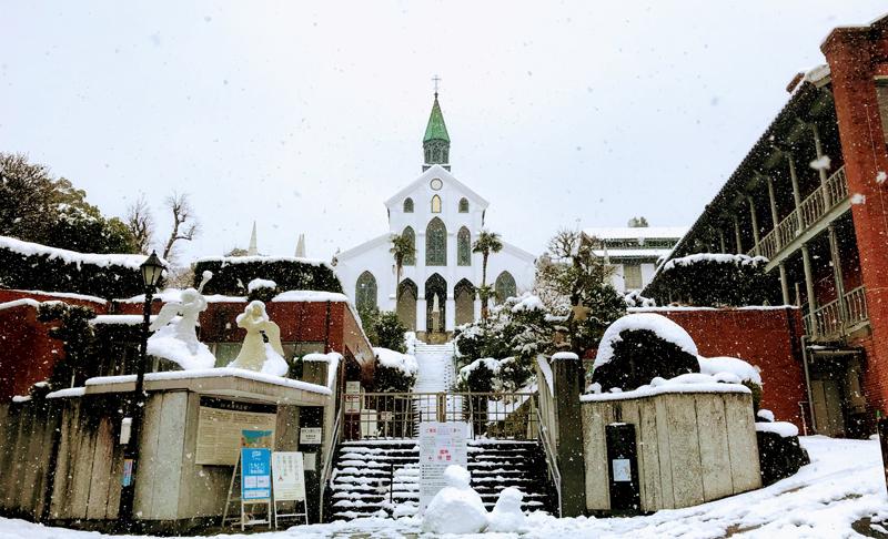 雪の降る中の大浦天主堂